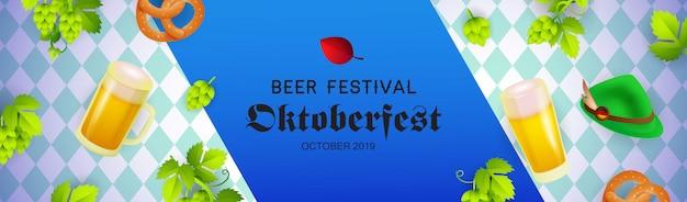 Banner de festival de cerveza con sombrero de oktoberfest, jarras de cerveza