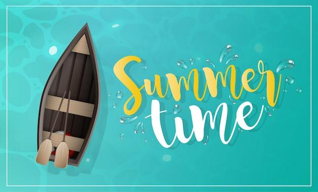 Banner de horario de verano. barco de madera con remos. superficie de agua turquesa en el océano.