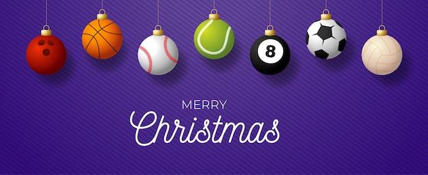 Banner horizontal de lujo feliz navidad. deporte béisbol, baloncesto, fútbol, pelotas de tenis cuelgan de un hilo sobre fondo morado moderno.