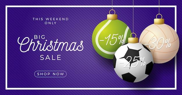 Banner horizontal de lujo feliz navidad. pelotas de fútbol, tenis y voleibol deportivo cuelgan de un hilo sobre un fondo moderno púrpura.