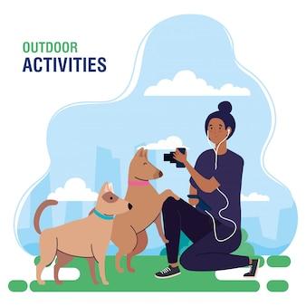 Banner, mujer fotógrafa realizando actividades de ocio al aire libre, mujer joven fotógrafo tomando una foto a los perros
