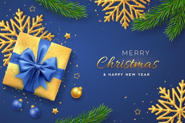 Banner de navidad. caja de regalo de oro realista con lazo azul, copo de nieve brillante, estrellas doradas, ramas de pino, confeti, bolas. fondo de navidad, cartel horizontal, tarjetas de felicitación, sitio web de encabezados. vector.