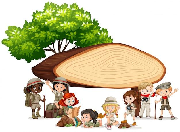 Banner con niños bajo cartel de madera