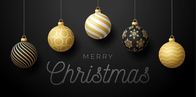 Banner de promoción horizontal de navidad de lujo. ilustración de vacaciones con bolas de navidad negras, blancas y doradas adornadas realistas sobre fondo negro.