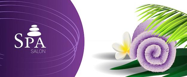 Banner de promoción de salón de spa con hoja de palma, flor tropical y toalla enrollada lila