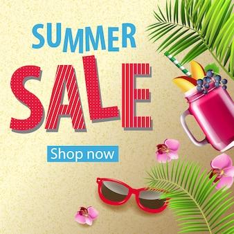 Banner de promoción de venta de verano con flores rosadas, gafas de sol, taza de batido de bayas