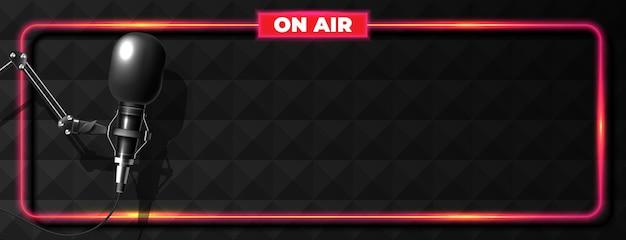 Banner de radiodifusión o podcasting con micrófono