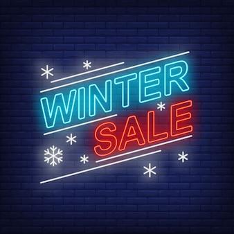 Banner de rebajas de invierno y copos de nieve en estilo neón