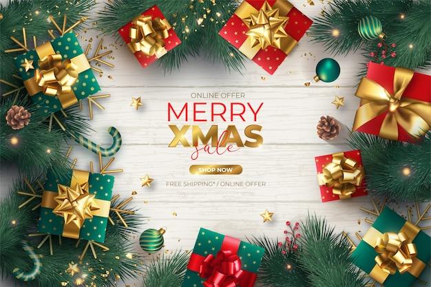 Banner de rebajas de navidad realista con adornos y regalos