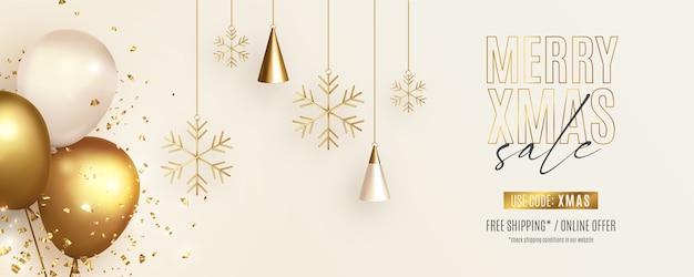 Banner de rebajas navideñas con adornos realistas y globos.