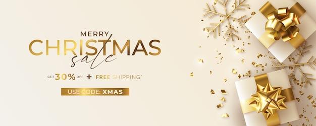 Banner de rebajas navideñas con regalos realistas.
