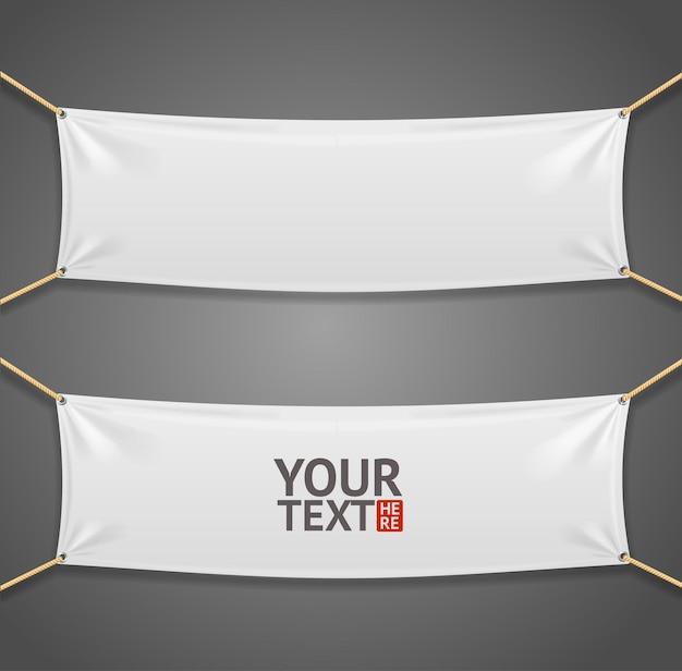 Banner rectangular de tela blanca con cuerdas aisladas sobre fondo gris.