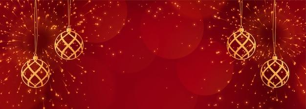 Banner rojo de navidad con destellos y bolas doradas