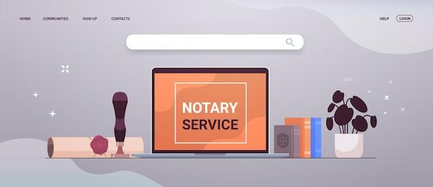 Banner de servicio notarial con sello heredado, documento sellado, confianza legal y bolígrafo público cerca del portátil horizontal