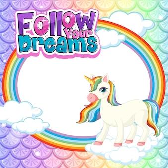 Banner vacío con lindo personaje de dibujos animados de unicornio en escamas de sirena pastel