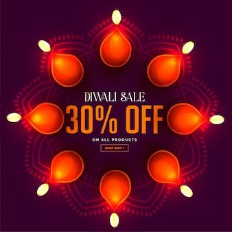 Banner de venta de diwali con decoración de lámparas diya brillantes