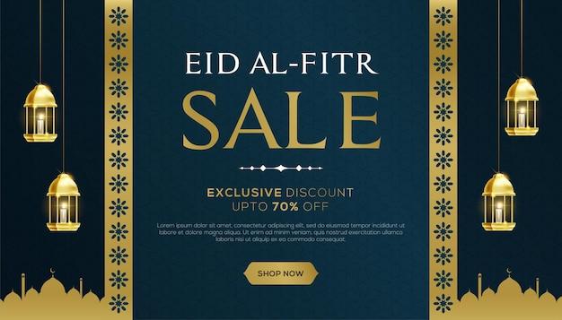 Banner de venta de eid al fitr con lantterns colgantes sobre fondo azul.
