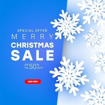 Banner de venta de feliz navidad con elementos de copos de nieve fríos de papel cortado volando caóticamente en el aire con texto de descuento para la promoción de compras navideñas.