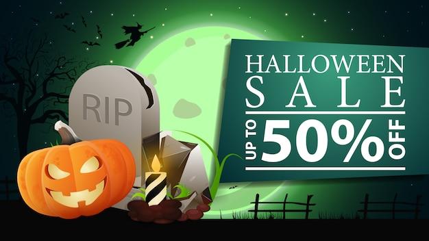Banner de venta de halloween, banner verde horizontal con paisaje de halloween en el fondo
