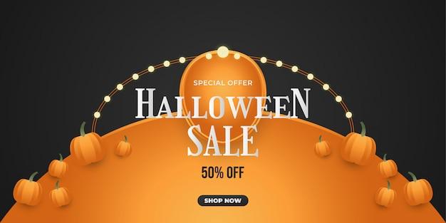 Banner de venta de halloween con calabaza sobre fondo negro