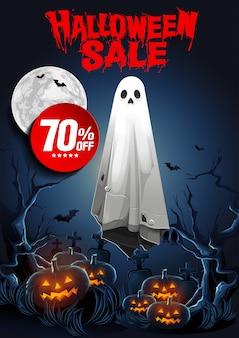 Banner de venta de halloween con ghost flotando en el aire y calabazas en la noche.
