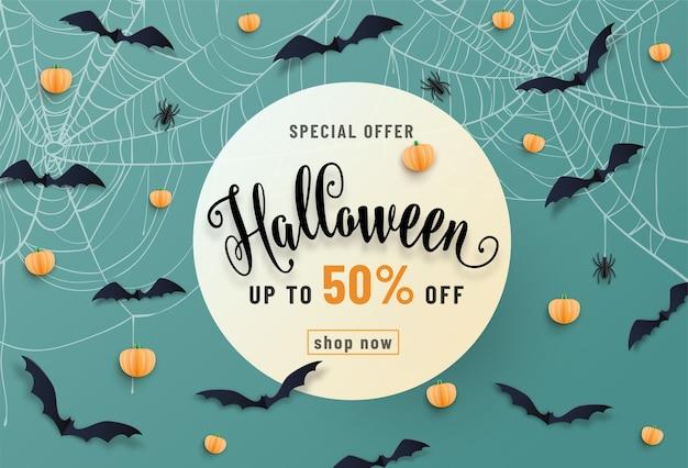 Banner de venta de halloween, con murciélagos, araña, telaraña, calabaza, texto de fuente de letras. estilo de corte de papel.