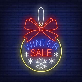 Banner de venta de invierno, bola de navidad en estilo neón
