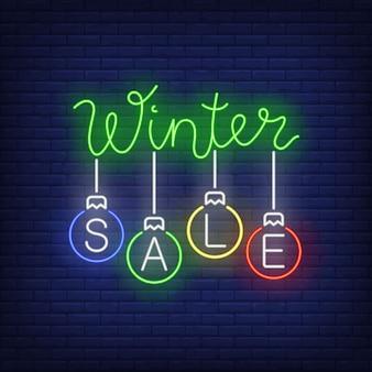 Banner de venta de invierno, bolas de navidad en estilo neón