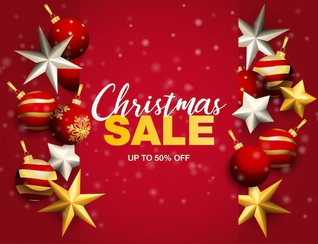 Banner de venta de navidad con bolas y estrellas sobre fondo rojo.