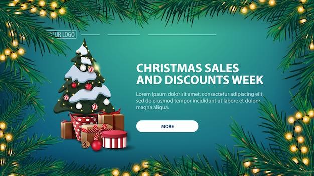 Banner de venta de navidad y semana de descuentos, banner verde con árbol de navidad en una olla con regalos
