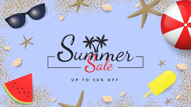 Banner de venta de verano con bolas, anteojos, almejas, helado, sandía y arena sobre fondo azul.