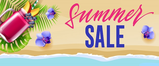 Banner de venta de verano con flores azules, taza de batido de bayas y playa