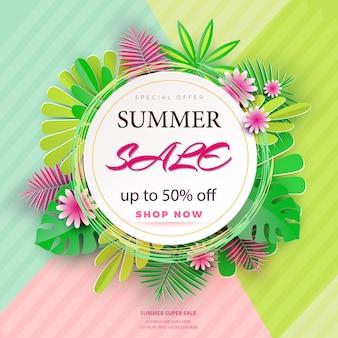 Banner de venta de verano con flores de papel y hojas sobre un fondo claro.
