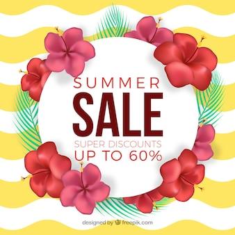 Banner de venta de verano con flores sobre un fondo de olas