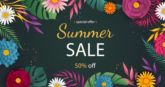 Banner de venta de verano con flores sobre un fondo verde.