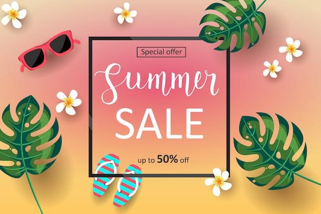 Banner de venta de verano con hojas de palmera, flores tropicales y letras hechas a mano. oferta especial hasta 50% de descuento