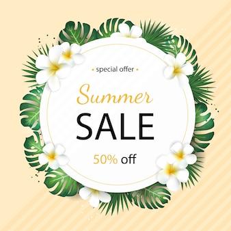 Banner de venta de verano con hojas de palmeras tropicales y flor de plumeria
