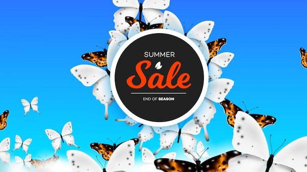 Banner de venta de verano con mariposa realista escalada sobre nubes en el cielo. trasfondo conceptual