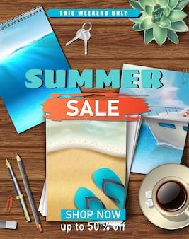 Banner de venta de verano con mesa de madera e imágenes del océano y la playa de arena.