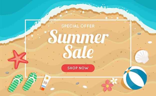 Banner de venta de verano con playa y mar, diferentes elementos de playa.