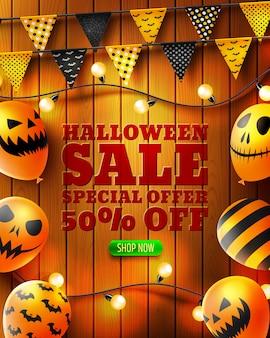 Banner de venta vertical de halloween con globos de miedo y banderas