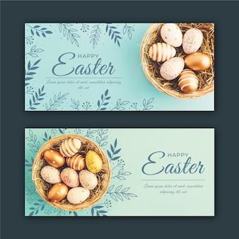 Banners del día de pascua con huevos en la canasta