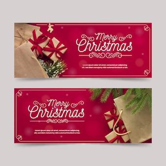 Banners navideños con regalos y hojas de pino