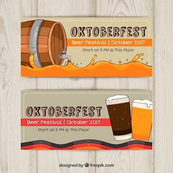 Banners de oktoberfest con barril y cervezas