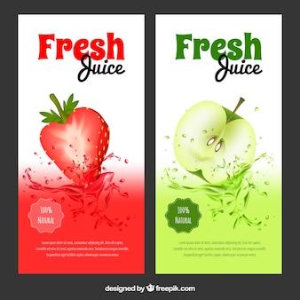 Banners realistas con zumos de manzana y fresa sabrosos