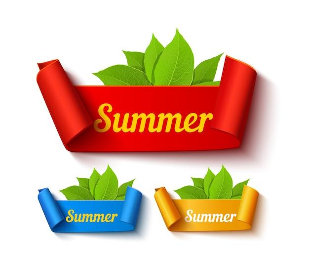 Banners de rebajas de verano de diferentes colores con hojas y texto.