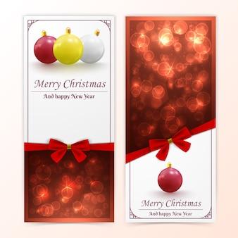 Banners verticales de vacaciones navideñas y año nuevo con adornos bokeh y lazos rojos
