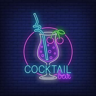 Bar de cócteles con texto de neón, bebida con paja y cerezas.