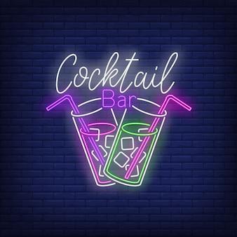 Bar de cócteles con texto de neón, dos copas, pajitas y cubitos de hielo.