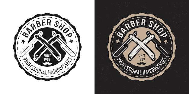 Barbería vector dos insignia redonda vintage negra y coloreada, emblema, etiqueta o logotipo con navajas de afeitar cruzadas sobre fondo blanco y oscuro